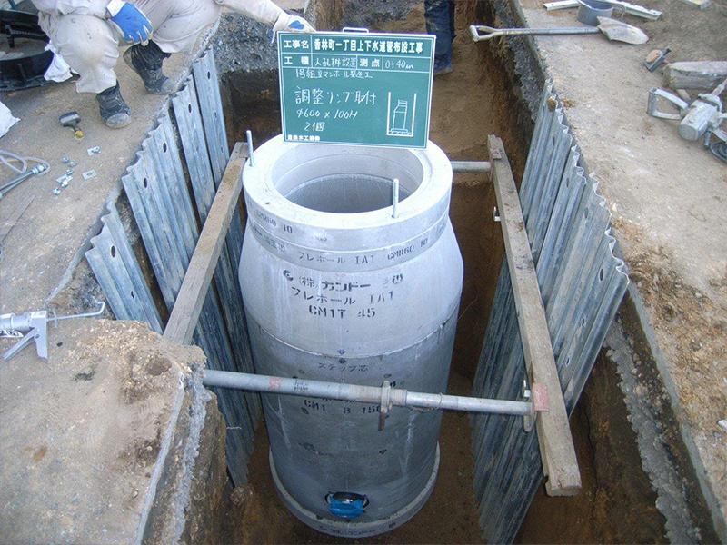 下水道管布設工事(1号マンホール設置)